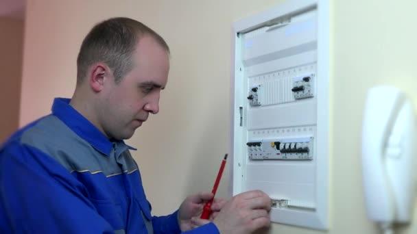 Closeup zkušený elektrikář, opravy jistič.