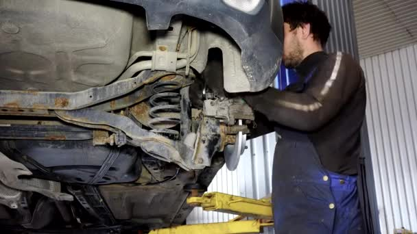 auto mechanik chlap pracuje na auto brzdový systém