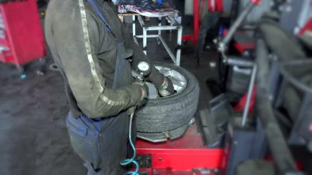 Közelkép a szerelő abroncsnyomás gumiabroncs, kerék, workshop