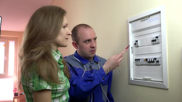 žena klient potřebuje odbornou pomoc elektrikáře poblíž skříňku s jističi
