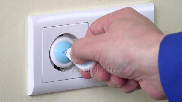 Sicherheitsstecker von der Steckdose nehmen und Ladegerät einstecken