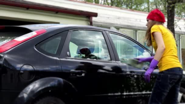 profesionální žena auto podložka čištění okno auta s mýdlovou houba