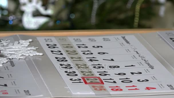 prstem tlačit papír kalendář značky na prosince poslední dny v roce 2016