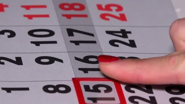 Donna di affari barretta che spinge il marcatore rosso nella pagina calendario