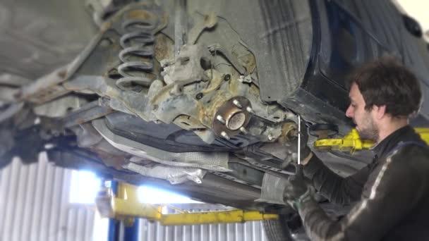 Mechanismus odstraňování částí nosí rozbité auto v garáži pod automobil
