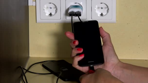 lány kezét csatolja szúró telefon fali töltő, és tartsa lenyomva