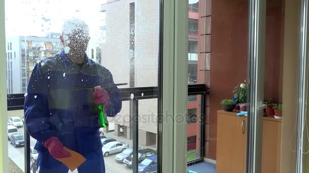 okno s profesionální čisticí mýdla a stěrky čisté okno.
