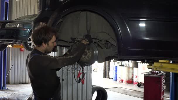 servisní pracovník muž opravy automobilů brzdový systém.