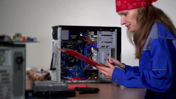 Computerspezialistin installiert RAM-Speicher in stationären Computer