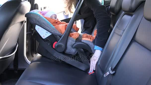 design innovativo vendibile qualità perfetta Madre slacciare le cinture di sicurezza il bambino nel seggiolino auto. 4k