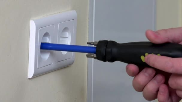 Elektrikář ruce instalace elektrické zásuvky