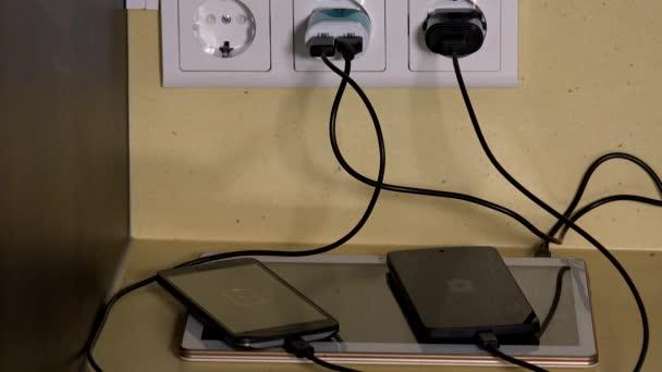 Tablet és szúró telefon töltés csatlakozik a fali aljzat töltők