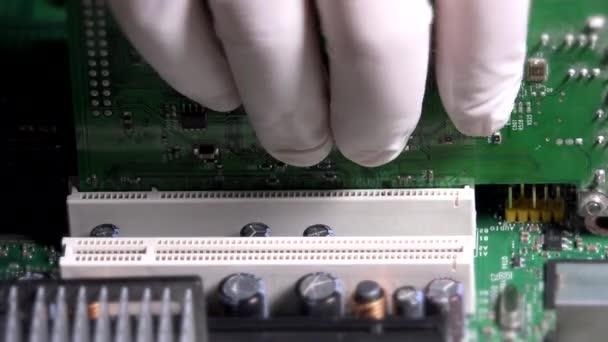 Technikus az ember kezét kesztyű-kártya eltávolítása, a számítógép alaplap