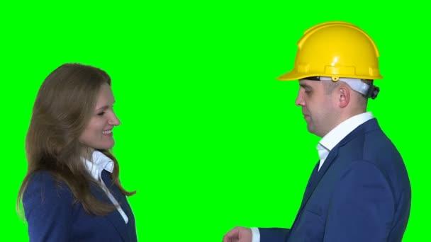 ingatlanügynök man sisak új lakóház kulcsokat ad nő boldog ügyfél
