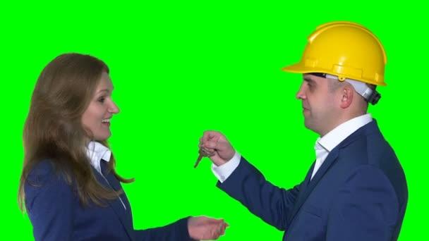 férfi ingatlanügynök ház kulcsok adni női ügyfél
