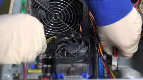 Technik od základní desky počítače odpojí napájecí kabel kolíky a odebrání paměti Ram