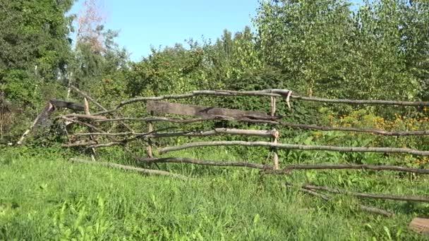 Venkovské zahrady oplocené s dřevěnou strom log plot s skleník a pěstování rostlin. Panorama. 4k