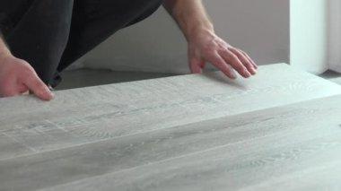 Auftragnehmer, Die Installation Von Hölzernen Lamellenförmig Angeordneter  Bodenbelag Mit Isolierung