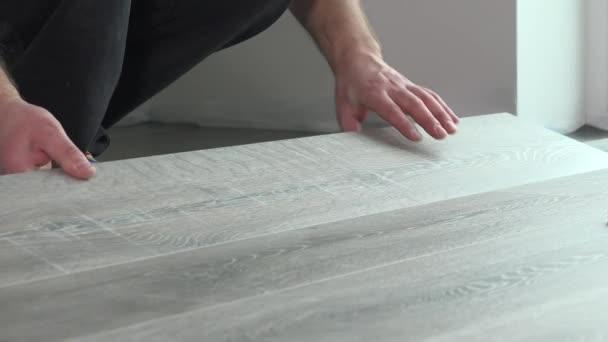 Contraente l installazione di pavimenti in laminato in legno con