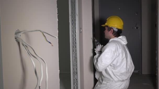 Tvůrce pracovník šroub světlo přepínač s elektrickou vrtačku nástrojem v chodbě