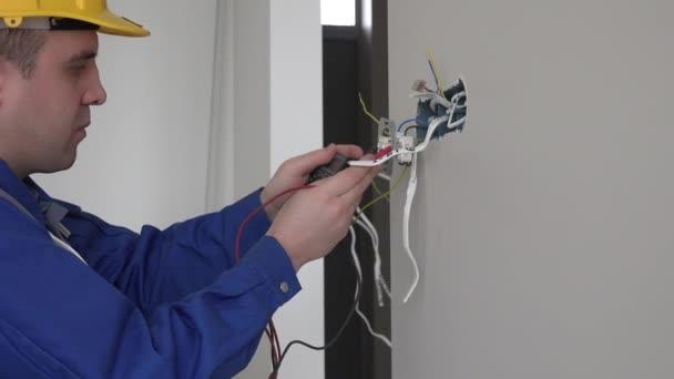 Elektrikář, kontrola napětí zásuvky pomocí multimetru svítidla do zásuvky