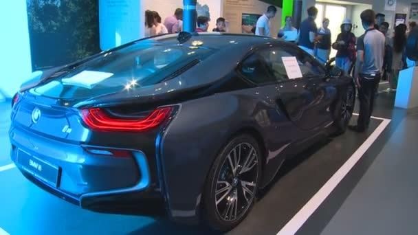 nové hybridní Bmw i8 automobilový auto a lidé v Německu pavilonu Expo 2017