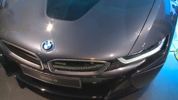 hybridní Bmw i8 automobilový auto a návštěvník lidí v Německu pavilonu