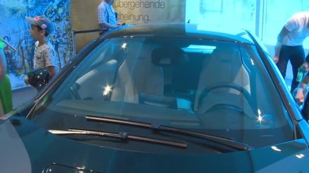 zvědaví turisté lidí hybridní Bmw i8 automobilový auto v Německu pavilonu