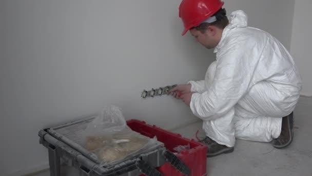Elektrikář v práci s šroubovák oprava zdi zásuvky zásuvky
