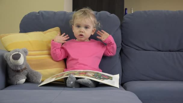 Divano Letto Per Bambino : Anni vecchio bambino bello ragazza si siede sul divano letto il