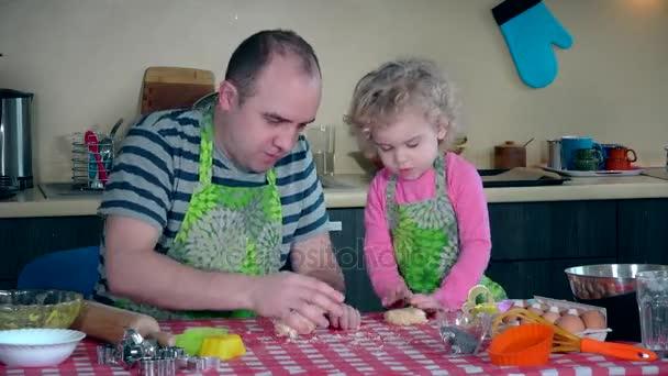 otec a hezkou dceru těšit hnětení těsto dohromady a dělat soubory cookie