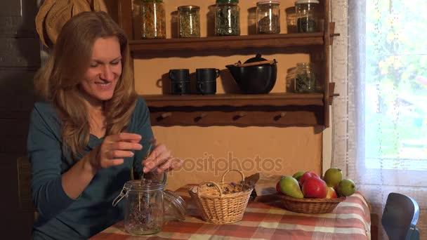Země dívka připravit sušeného oregana majoránka byliny na zimní čas. 4k