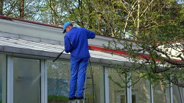 Člověk moc mytí střechou a okny