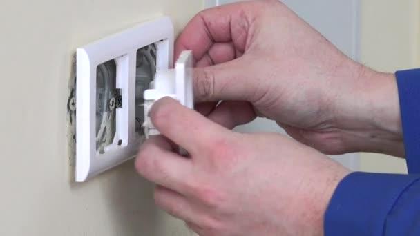 Rukou dělník elektrikář nainstalovat elektrické zásuvky