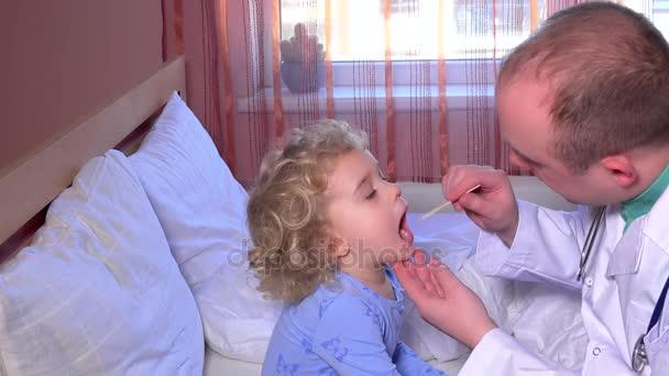 Profesionální lékař kontrolu krku malý pacient dívka sedící na posteli