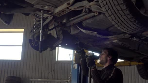 Autó szerelő dolgozó kalapács alatt autó autószerviz portréja