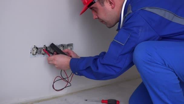 Kavkazská elektrikář pracuje na zásuvky