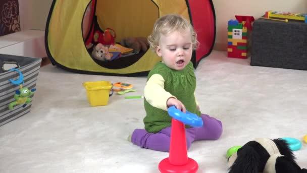 Süßes Babe Spielt Mit Ihrem Spielzeug