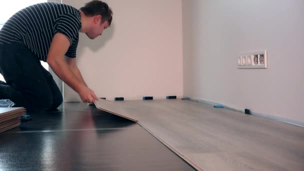 Settler Man Laying Laminate Flooring In New Room At Home Stock