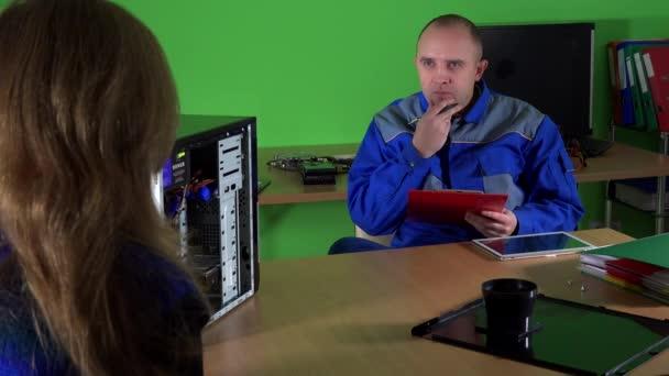 Emocionální klientku mluvit s mužem technik u počítače opravy služby