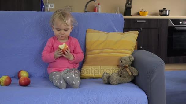 dívka jíst čerstvé zelíčko sit pohovku. zdravý životní styl, potraviny. 4k