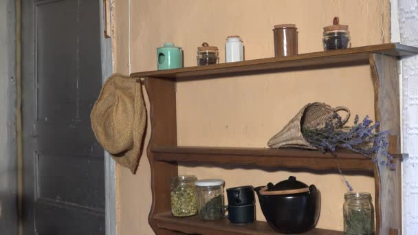Bylinkář ženu připravit sušené byliny v proutěných koších na zimní čas. 4k