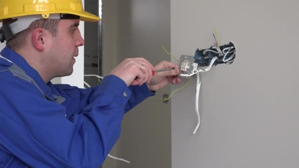 elektrikář v práci s zásuvky a šroubovák instalaci zásuvek