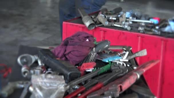Nástroje na box a mechanik s kladivem, opravy automobilů. Naklonit nahoru.