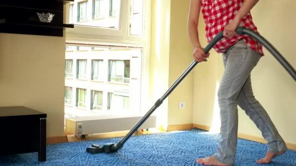 junge schwangere Frau saugt Holzboden