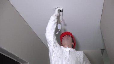 Plafoniera Led Moderna : Uomo installare plafoniera led u2014 video stock © dgdimension #22163683