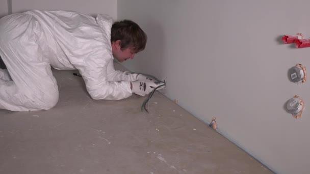 mani delloperaio elettricista maschio al cablaggio installazione presa presa via cavo o a parete