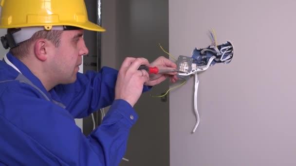 bílé zaměstnance měřit napětí elektrické zásuvky