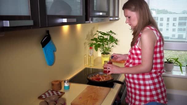 Dům těhotná žena dát zdroj do vaření pan mix jídlo a vůně s radostí