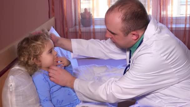 Malý chlapec dívka s zdravotní kontrolu pediatr doktor kontrola krku a hlavy